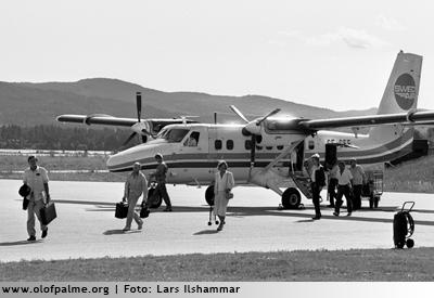 Palme kom ensam med Swedairs vingliga propellerplan från Sundsvall. Bagaget i en sliten attachéväska, tröjan i handen, skjortan hängde utanpå.
